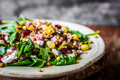 Salad with spinach, quinoa and roasted vegetables