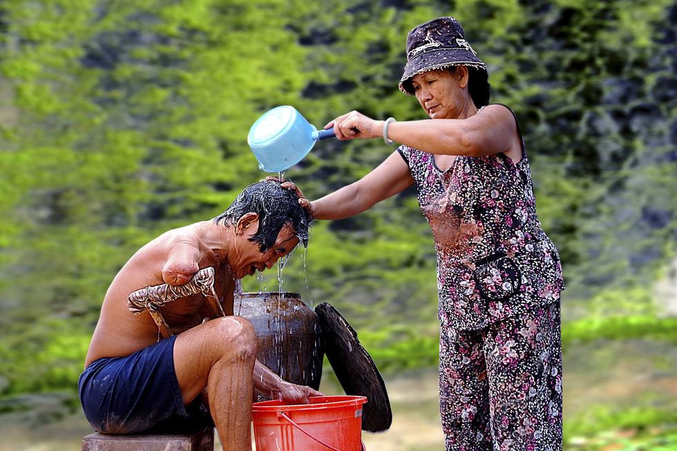 Ngắm những khoảnh khắc yêu thương gia đình ở khắp nẻo Việt Nam - Ảnh 1.