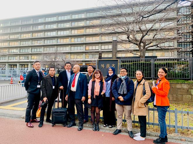 Đoàn phóng viên các nước ASEAN tại trụ sở Bộ Ngoại giao Nhật /// Ảnh: Ngọc Mai