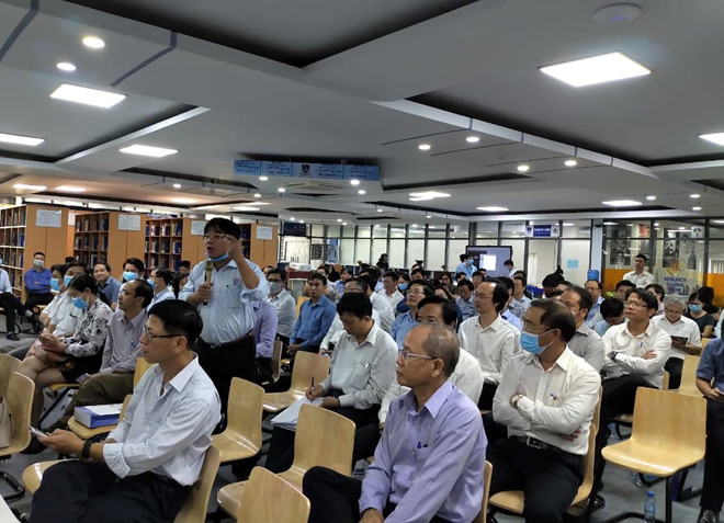 PGS.TS Đỗ Văn Dũng tranh luận với đại diện Bộ GD-ĐT về điểm trúng tuyển chương trình chất lượng cao /// Đăng Nguyên