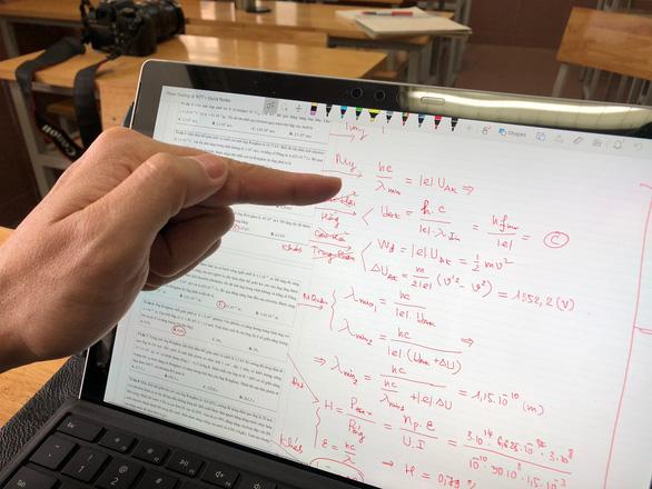 Trường THCS & THPT Nguyễn Tất Thành cho 100% học sinh học trực tuyến - Ảnh 9.