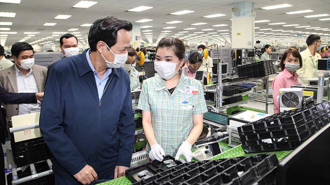 Bộ trưởng Bộ LĐ-TB-XH Đào Ngọc Dung kiểm tra công tác phòng chống dịch bệnh tại Công ty TNHH Samsung Electronics Việt Nam Thái Nguyên /// Ảnh Thanh Phúc