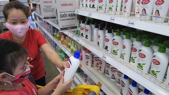 Cho trẻ dùng dung dịch sát khuẩn nhanh, có tốt bằng xà bông? - Ảnh 1.