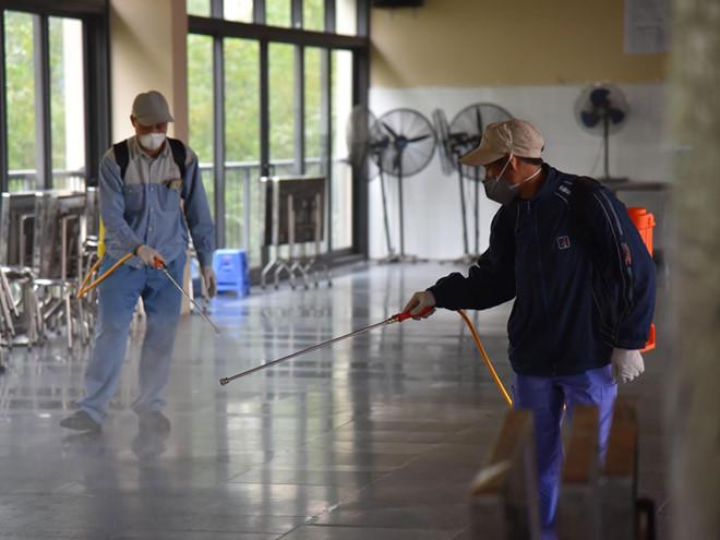 Nhiều trường học đã tiến hành phun khử khuẩn để phòng chống bệnh Covid-19 /// Ảnh: K.Ngân