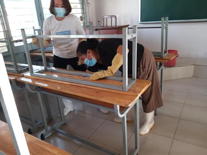 Giáo viên Trường THCS Trần Văn Ơn (Q.1, TP.HCM) vệ sinh lớp học chuẩn bị đón học sinh trở lại trường /// Bảo Châu