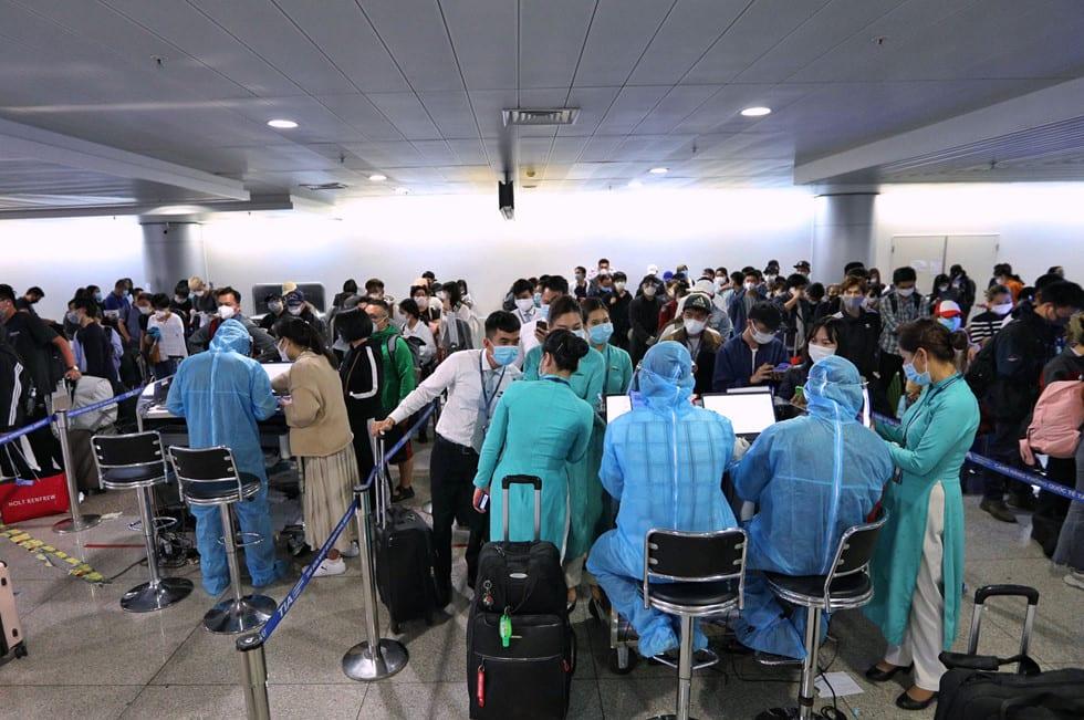 """Những người ở điểm """"nóng"""" tiếp nhận, kiểm dịch người Việt về nước ở sân bay - ảnh 12"""