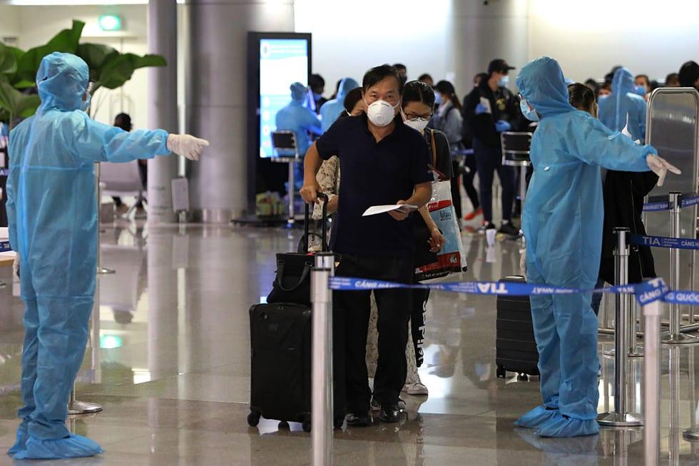 """Những người ở điểm """"nóng"""" tiếp nhận, kiểm dịch người Việt về nước ở sân bay - ảnh 17"""