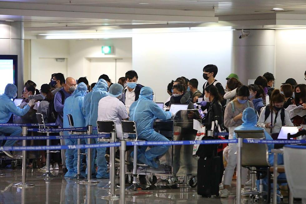 """Những người ở điểm """"nóng"""" tiếp nhận, kiểm dịch người Việt về nước ở sân bay - ảnh 14"""