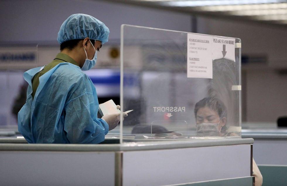 """Những người ở điểm """"nóng"""" tiếp nhận, kiểm dịch người Việt về nước ở sân bay - ảnh 4"""