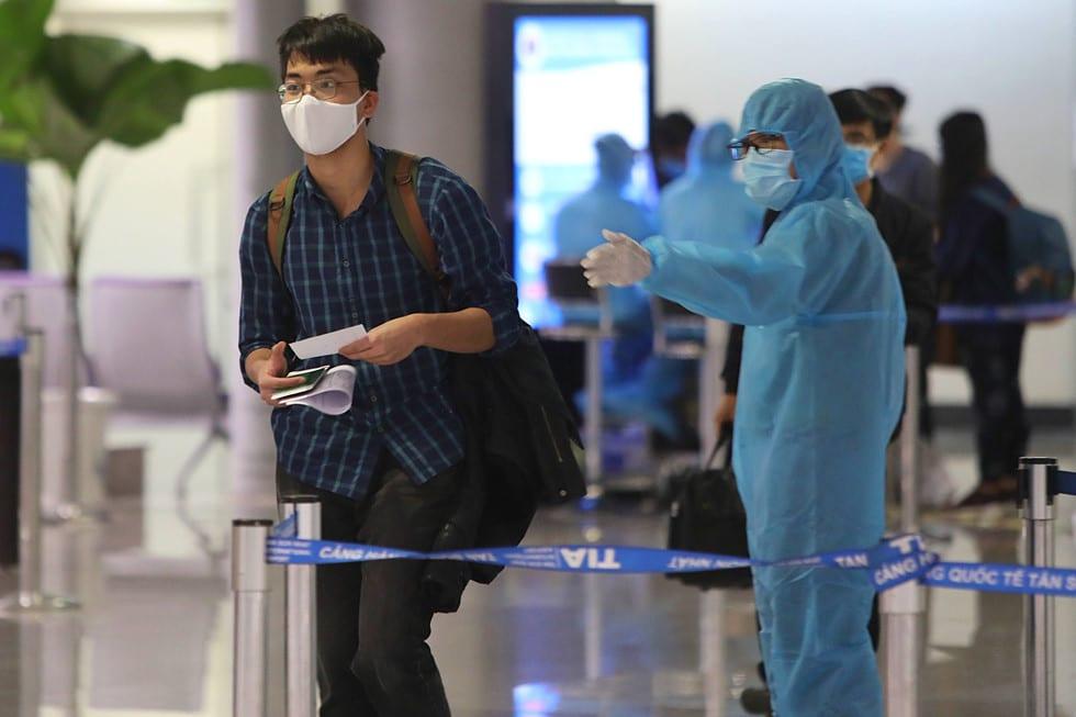 """Những người ở điểm """"nóng"""" tiếp nhận, kiểm dịch người Việt về nước ở sân bay - ảnh 16"""