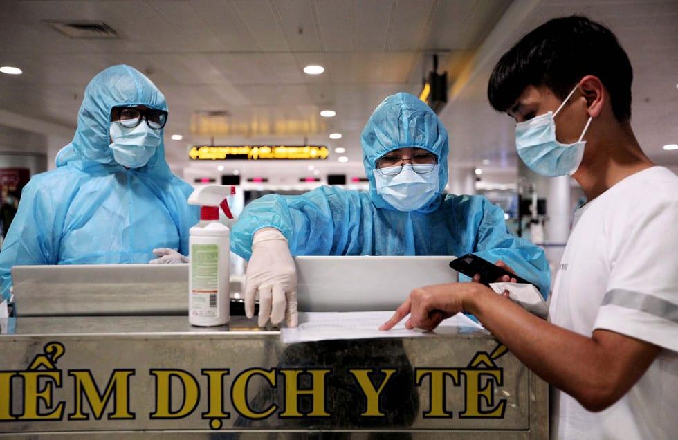 """Những người ở điểm """"nóng"""" tiếp nhận, kiểm dịch người Việt về nước ở sân bay - ảnh 1"""