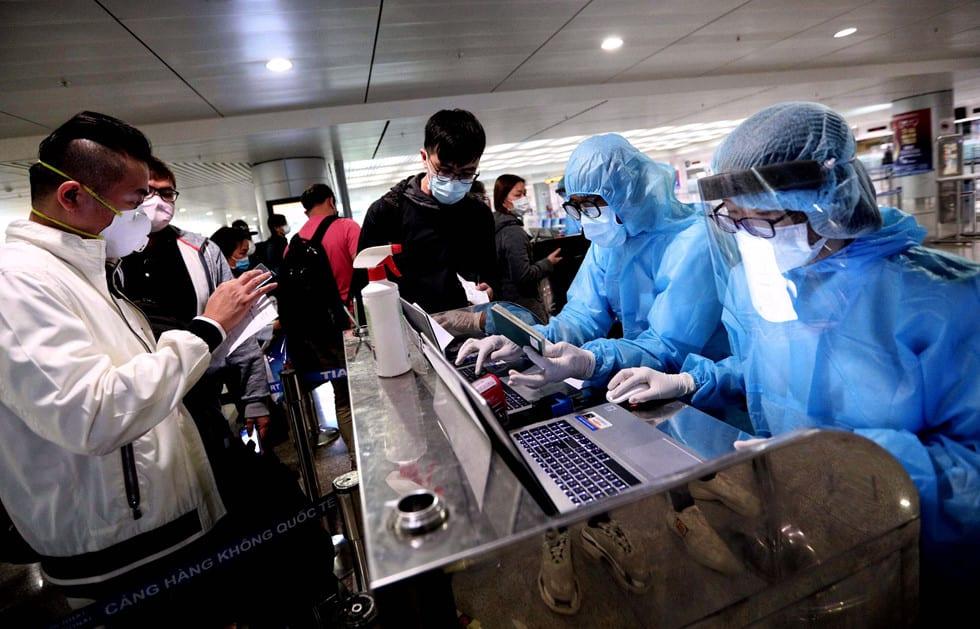 """Những người ở điểm """"nóng"""" tiếp nhận, kiểm dịch người Việt về nước ở sân bay - ảnh 7"""