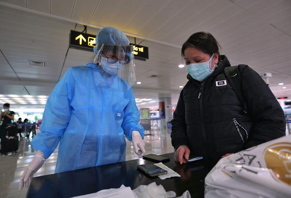 """Những người ở điểm """"nóng"""" tiếp nhận, kiểm dịch người Việt về nước ở sân bay - ảnh 2"""