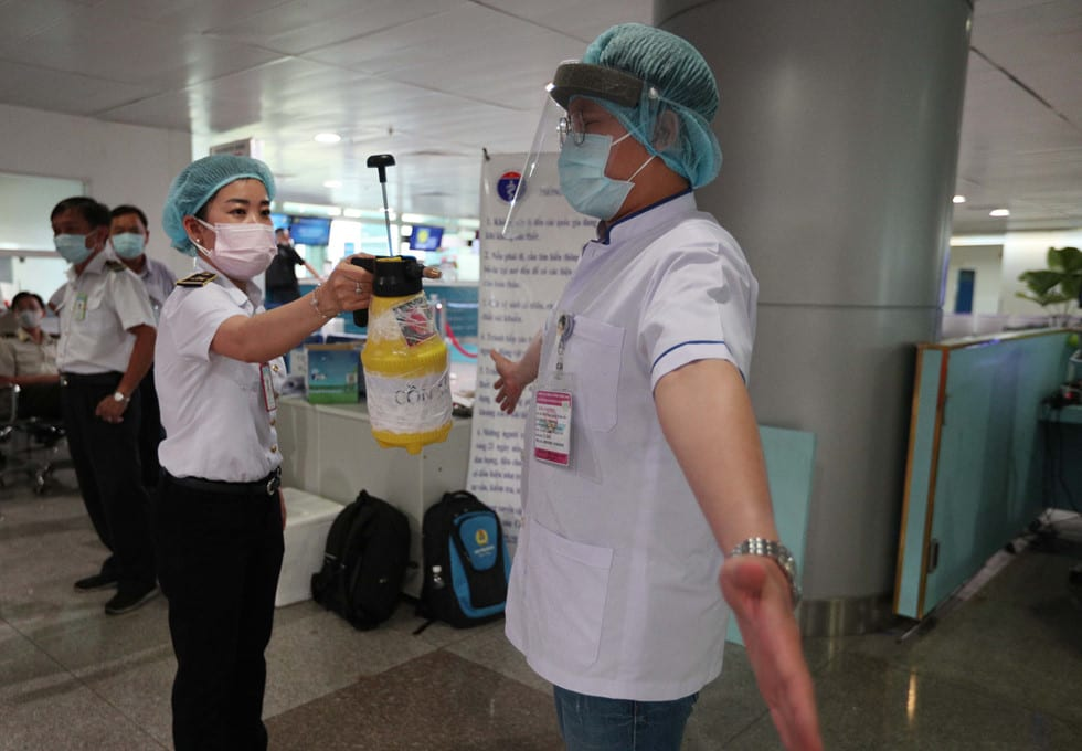 """Những người ở điểm """"nóng"""" tiếp nhận, kiểm dịch người Việt về nước ở sân bay - ảnh 11"""