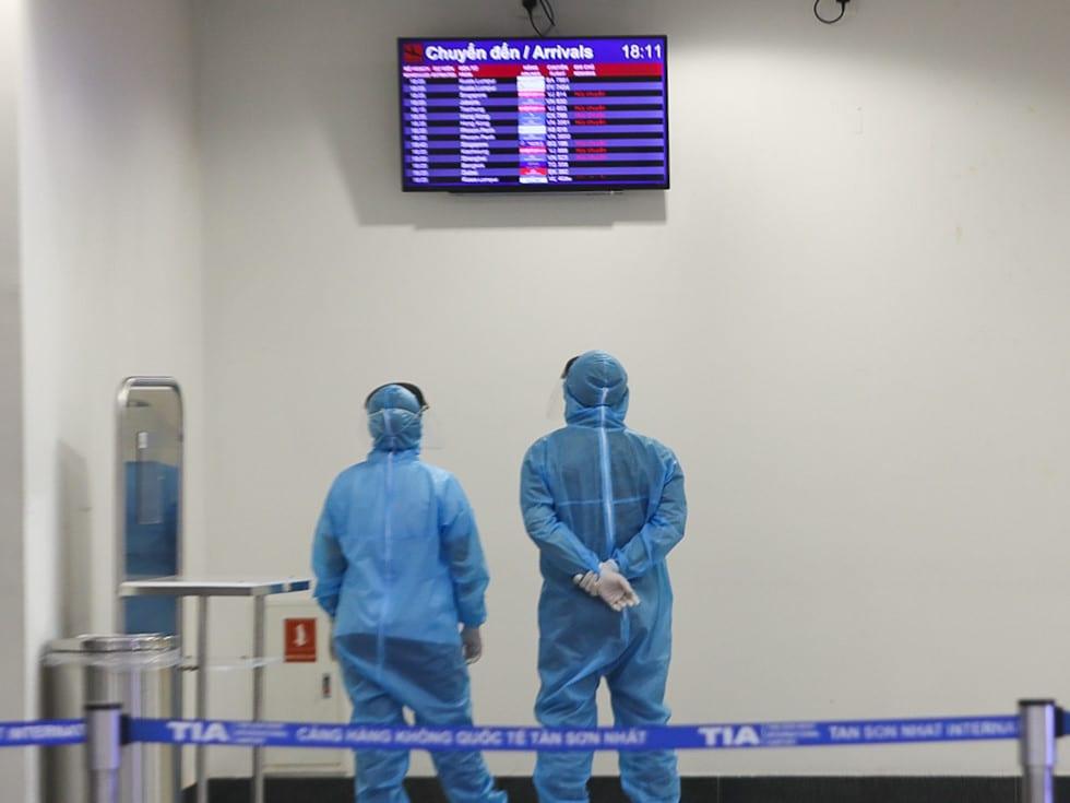 """Những người ở điểm """"nóng"""" tiếp nhận, kiểm dịch người Việt về nước ở sân bay - ảnh 13"""