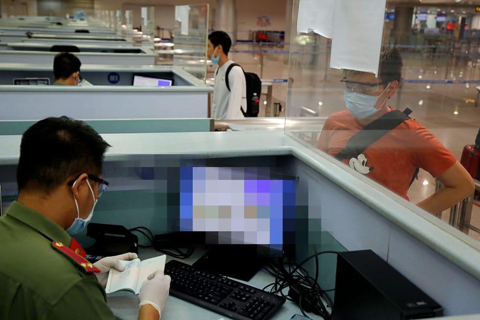 """Những người ở điểm """"nóng"""" tiếp nhận, kiểm dịch người Việt về nước ở sân bay - ảnh 19"""