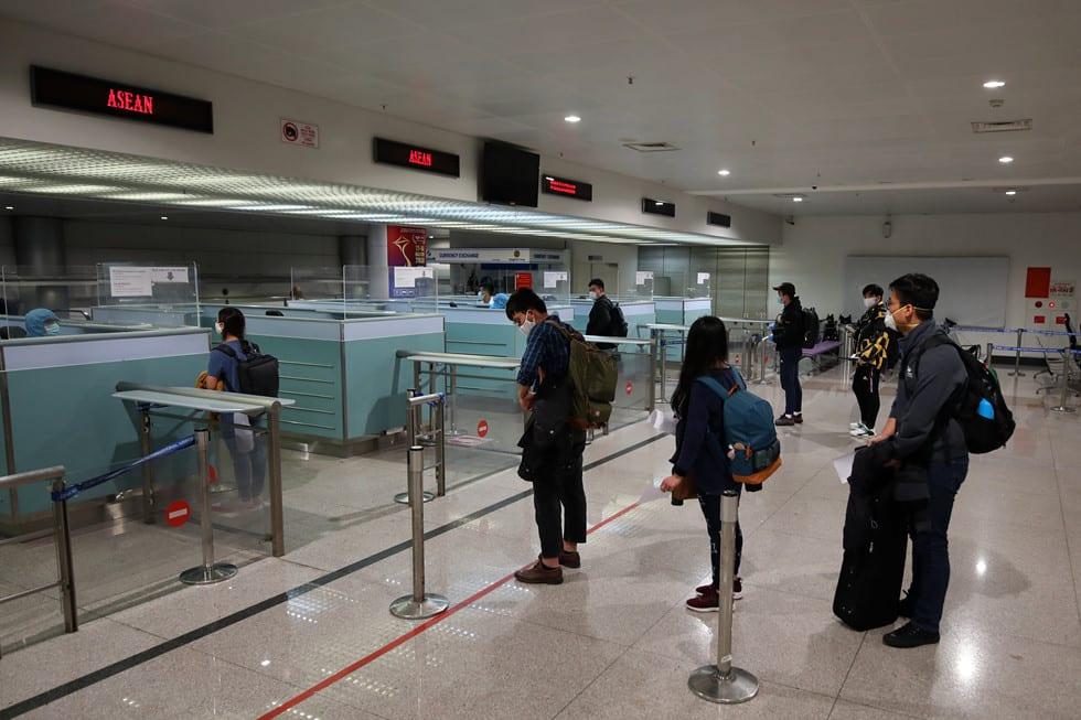 """Những người ở điểm """"nóng"""" tiếp nhận, kiểm dịch người Việt về nước ở sân bay - ảnh 20"""