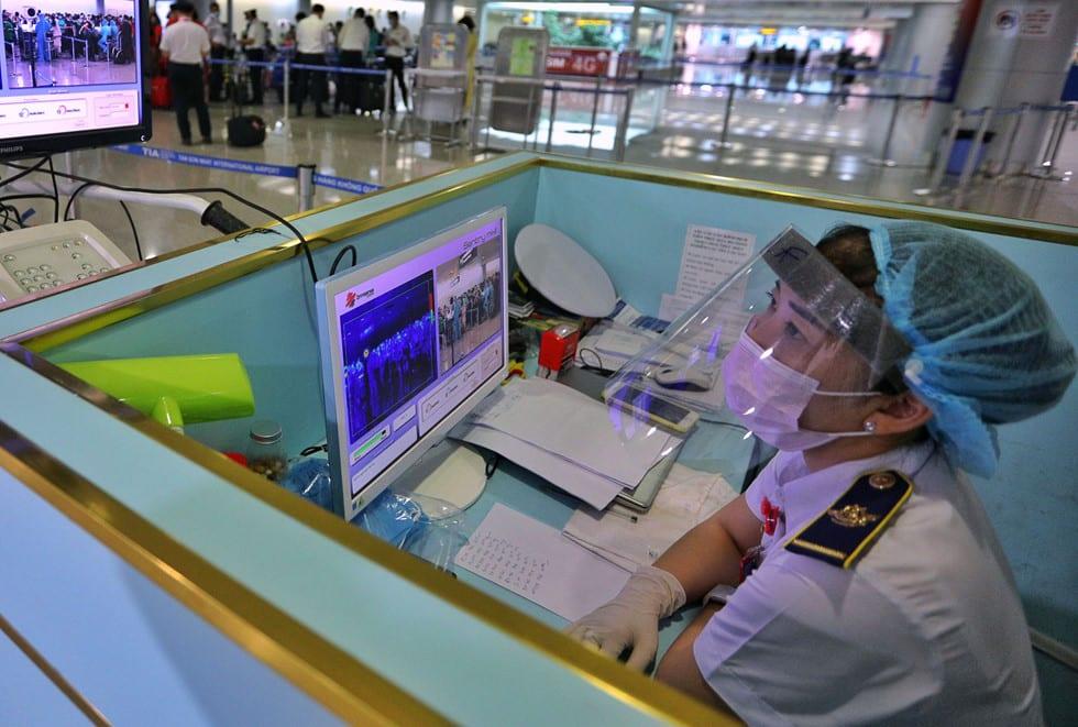 """Những người ở điểm """"nóng"""" tiếp nhận, kiểm dịch người Việt về nước ở sân bay - ảnh 5"""