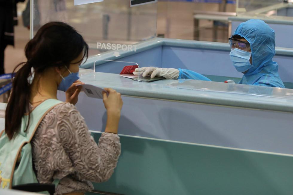 """Những người ở điểm """"nóng"""" tiếp nhận, kiểm dịch người Việt về nước ở sân bay - ảnh 18"""