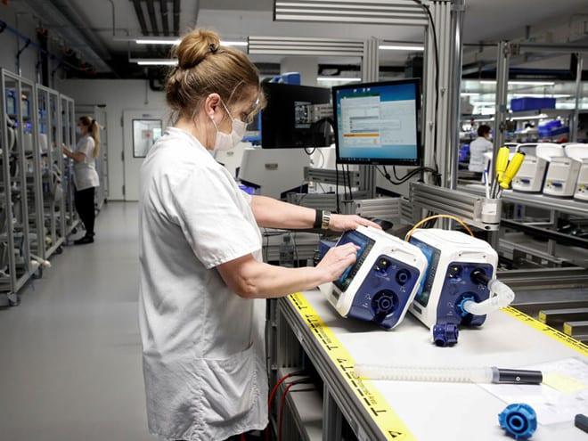 Nhân viên kiểm tra máy thở tại nhà máy của Hãng Hamilton Medical AG ở Thụy Sĩ /// Reuters
