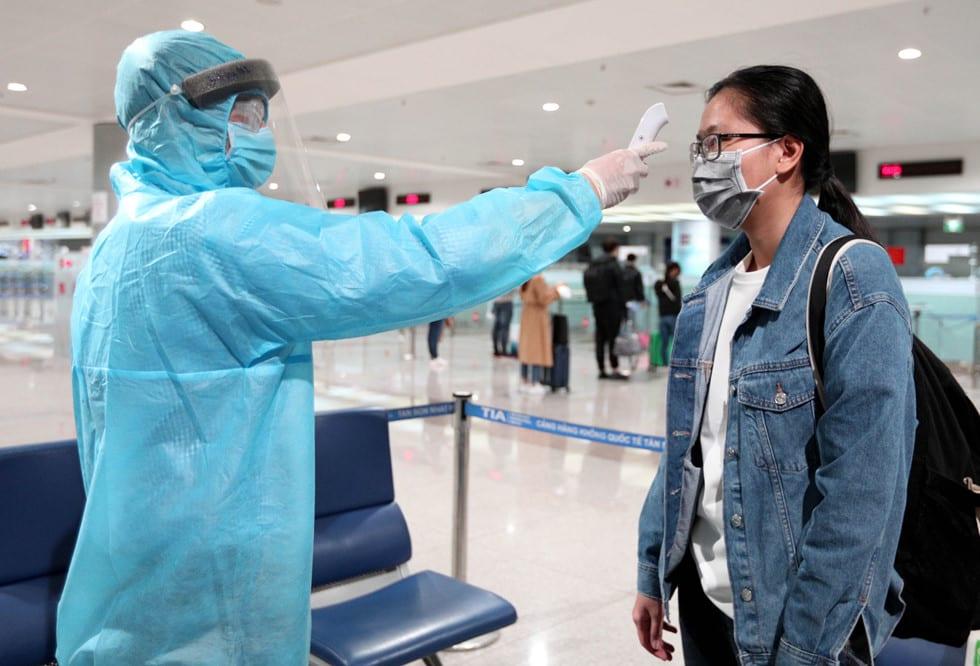 """Những người ở điểm """"nóng"""" tiếp nhận, kiểm dịch người Việt về nước ở sân bay - ảnh 8"""