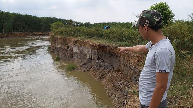 Một đoạn sông La Ngà bị sạt lở nghiêm trọng Ảnh: Thanh Niên
