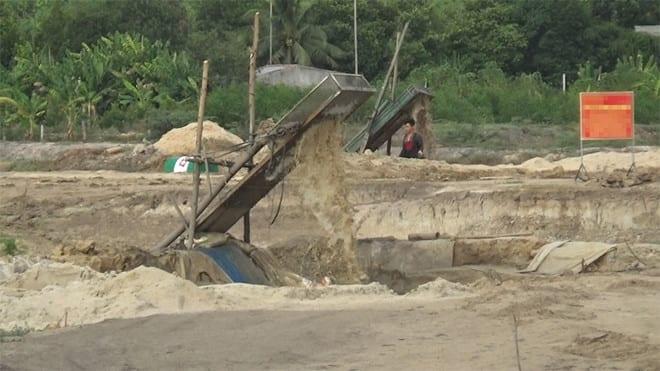 Khai thác đất cát tràn lan ở lòng hồ Biển Lạc /// Ảnh: Thanh Niên