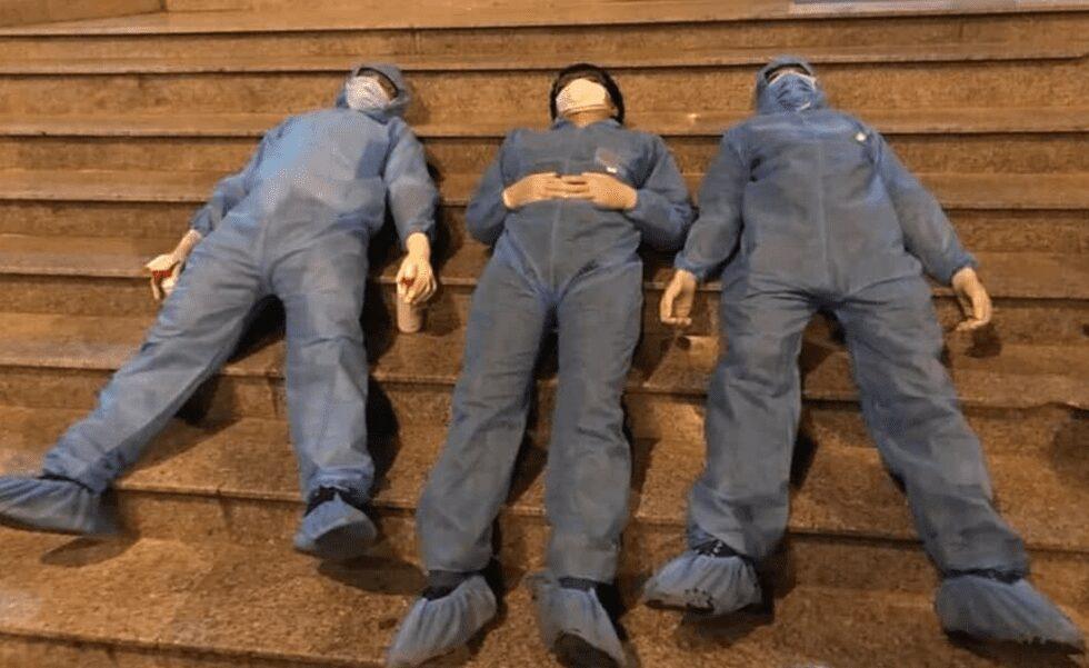 Khi quá mệt, họ đành ngủ tạm ngay ở bậc cầu thang. Đây là bức ảnh lấy nhiều cảm xúc của cộng đồng mạng. /// Ảnh chụp màn hình