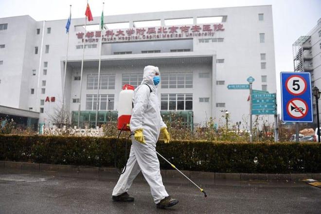 Nhân viên làm vệ sinh trước một bệnh viện ở thủ đô Bắc Kinh, Trung Quốc /// Reuters