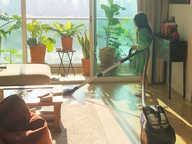 Mở cửa đón nắng, dành thời gian dạy con làm việc nhà trong những ngày cách ly xã hội /// Minh Hoa