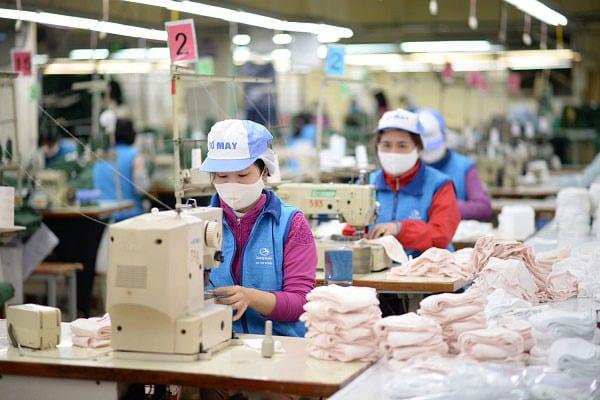 Nhiều doanh nghiệp dệt may trong nước đã tăng sản xuất khẩu trang vải /// Ảnh: Vinatex