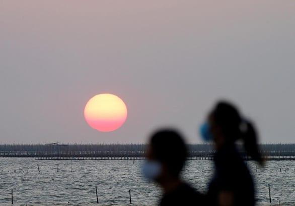 Phát hiện mới: ánh nắng có thể vô hiệu hóa virus corona trong 6-14 phút - Ảnh 1.