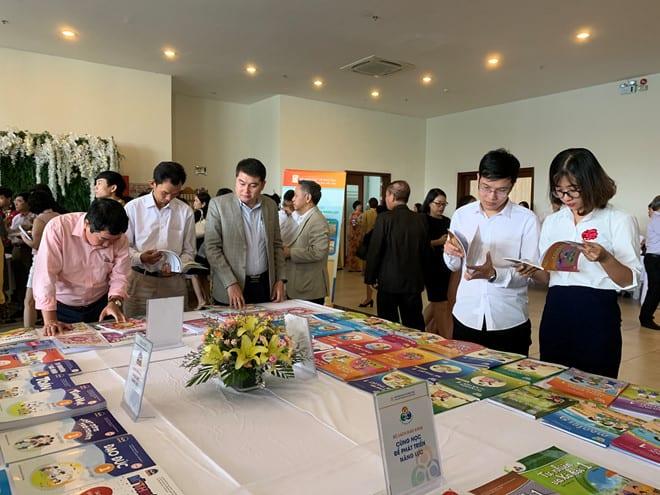 Trưng bày triển lãm một bộ sách giáo khoa lớp 1 mới của Nhà xuất bản Giáo dục VN /// Ảnh: Tuyết Mai