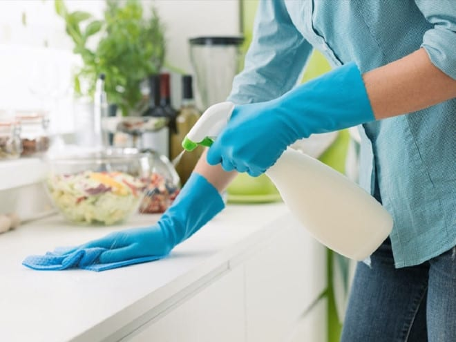 Khi vệ sinh quầy bếp, các chuyên gia khuyến cáo cần dùng xà phòng hoặc các loại chất tẩy rửa để loại bỏ vi khuẩn, virus, nấm và bụi bẩn, sau đó thì rửa sạch lại với nước /// Ảnh minh họa: Shutterstock