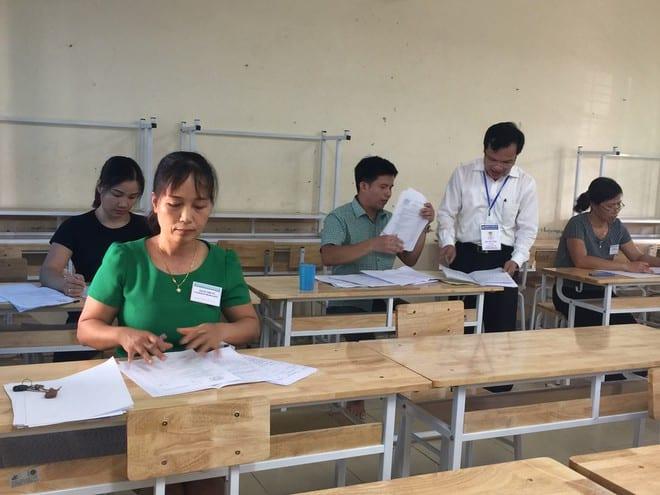 Chấm thi môn văn trong kỳ thi THPT quốc gia 2019 tại tỉnh Hòa Bình /// Ảnh: Tuệ Nguyễn