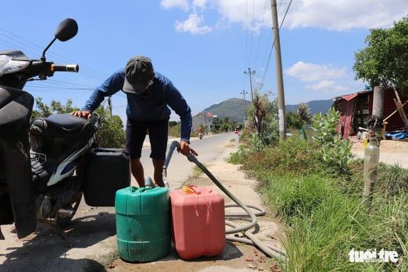 Sống cạnh nhà máy nước 12 tỉ, dân vẫn chạy… tìm nước - Ảnh 3.