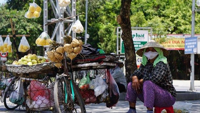 Nắng nóng kéo dài khiến người dân Thanh Hóa mệt mỏi khi mưu sinh ẢNH: MINH HẢI