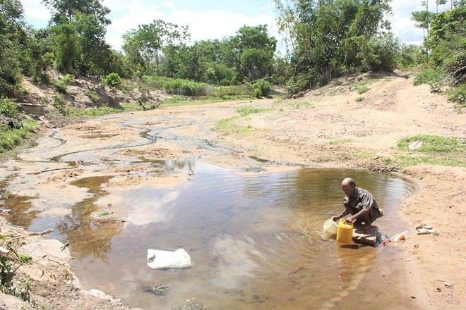 """Người dân xã Lìa (H.Hướng Hóa, Quảng Trị) ngày ngày phải ra suối đào hố """"vét nước"""" vì khô hạn ẢNH: THANH LỘC"""