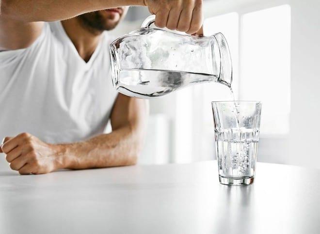 Cơ thể mất nước nhẹ cũng có thể làm dày máu và cản trở lưu lượng máu và tăng huyết áp /// Ảnh minh họa: Shutterstock