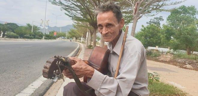 Phía sau bức ảnh ông già mù bên vệ đường: 60 năm hành khất nuôi 5 con - ảnh 3
