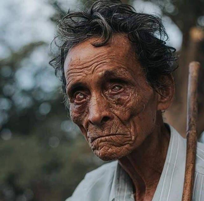 Hình ảnh người đàn ông mù lòa ôm đàn hát bên lề đường khiến cư dân mạng rưng rưng /// Ảnh: Tác giả bức ảnh (*)