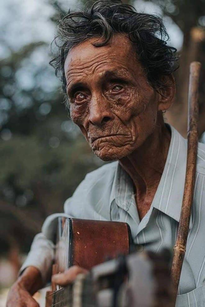 Phía sau bức ảnh ông già mù bên vệ đường: 60 năm hành khất nuôi 5 con - ảnh 1