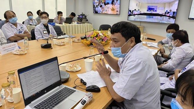 Chuyên gia tại Bệnh viện Ung bướu TP.HCM trao đổi chuyên môn với bác sĩ tại Bệnh viện đa khoa Bình Định /// Ảnh: Duy Tính
