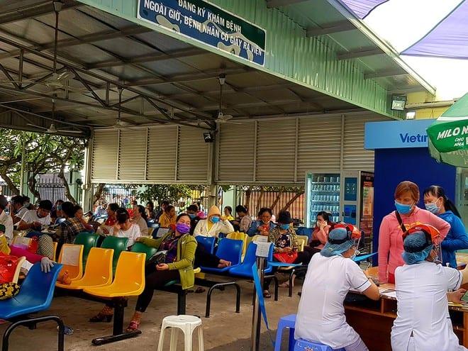 Chuyên gia tại Bệnh viện Ung bướu TP.HCM trao đổi chuyên môn với bác sĩ tại Bệnh viện đa khoa Bình Định
