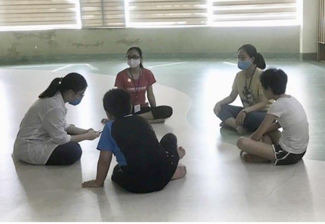 Một buổi trị liệu tâm lý cho trẻ tại Khoa Sức khỏe vị thành niên, Bệnh viện Nhi T.Ư /// Ảnh: Khánh Chi