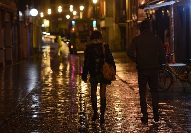 Người dân Bayonne trở về nhà trước lệnh giới nghiêm ban đêm để chống Covid-19 ở Pháp /// AFP