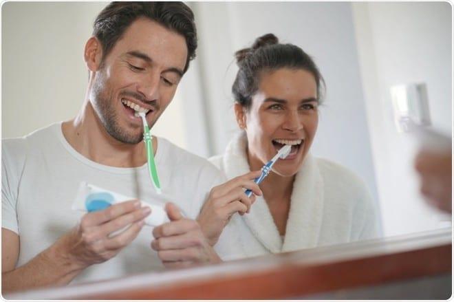 Không phải càng nhiều kem đánh răng thì răng sẽ càng sạch hơn đâu nhé /// Ảnh: Shutterstock