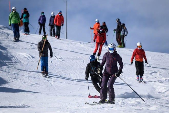 Du khách trượt tuyết tại Thụy Sĩ sau khi dịch vụ này hoạt động trở lại /// AFP