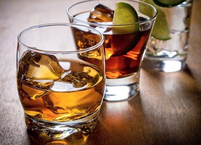 Một trong những nguyên nhân dẫn tới tình trạng cương đau dương vật kéo dài là do sử dụng thuốc/các chất kích thích (rượu, cocaine, thuốc an thần, thuốc điều trị tăng huyết áp…)... /// Ảnh minh họa: Shutterstock