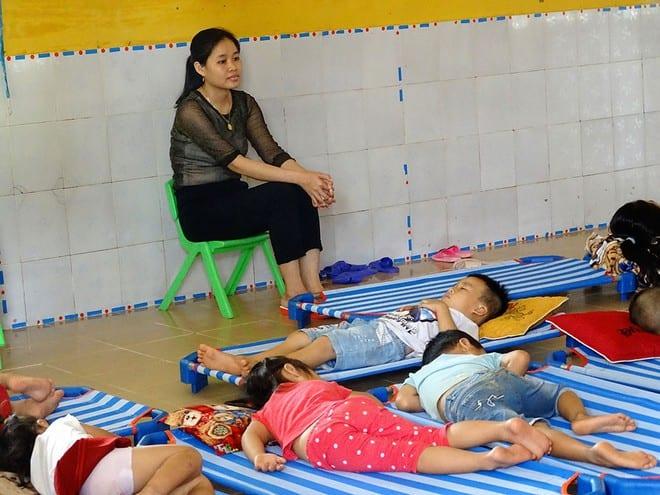 Cô Trần Thị Yên chăm giấc ngủ trưa cho trẻ sau khi HS trở lại trường ngày 19.11 ẢNH: ĐÌNH TOÀN